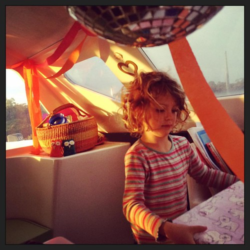 242/365 • poised to unwrap the #snapcircuits this morning as the sun came up - streamers all through the cabin 😊 • #242_2015  #daisy #happybirthdaydaisy #love #birthday #liveaboard #5yo #presents #Spring2015 #mirrorball