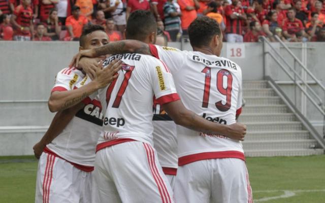 Com gols no segundo tempo, Flamengo bate o Joinville e segue vivo na luta pelo G-4 do BR-15