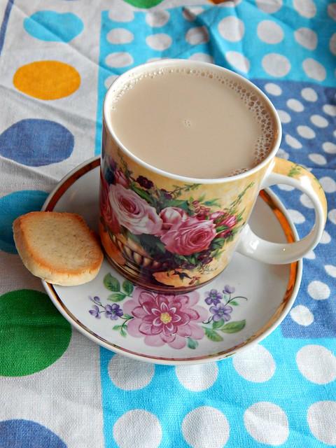 Чёрный чай с молоком и печенька. Насмотрелась сериала Шерлок, и теперь у меня в перерывах между сериями сериала tea and biscuits :) | Хорошо.Громко.