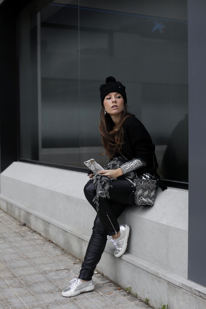 04_total_black_outfit_with_RÜGA_Laura_Santolaria_blogger_barcelona_theguestgirl