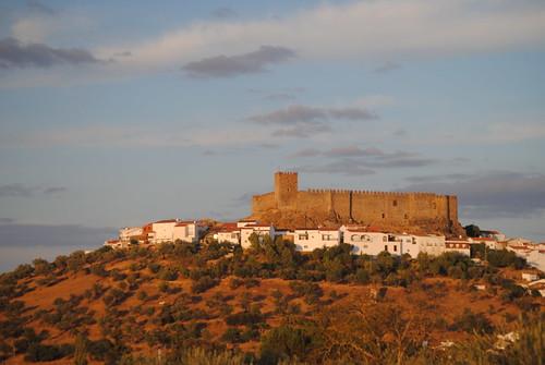 Ana _Rey posted a photo:Castillo de Segura de León visto desde el Cristo.Luz del atardecer