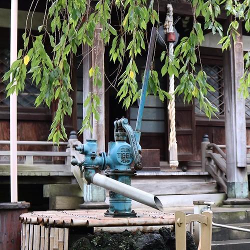 この神社は、手水が井戸ポンプ。