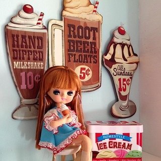The last posey from yesterday's cute mail day. 🍦🍦🍦 #posedoll #icecream #kitsch #mod #doll #bigeyedoll