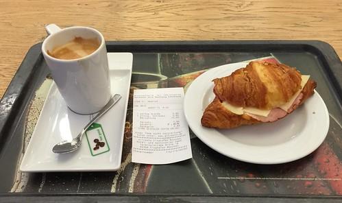 Kaffee Grande & Croissant mit Schinken und Käse