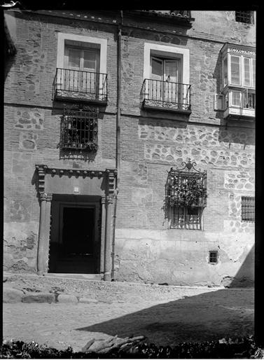Portada de la Calle de Santa Isabel (hoy hotel) en Toledo hacia 1920. Fotografía de Enrique Guinea Maquíbar © Archivo Municipal de Vitoria-Gasteiz