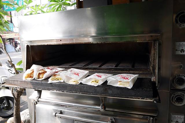 30389098083 9a5f42daf7 z - 三佳早點,老台中人都知道的傳統早點店,推薦蔥肉餅和牛肉餡餅,太晚來就吃不到哦!