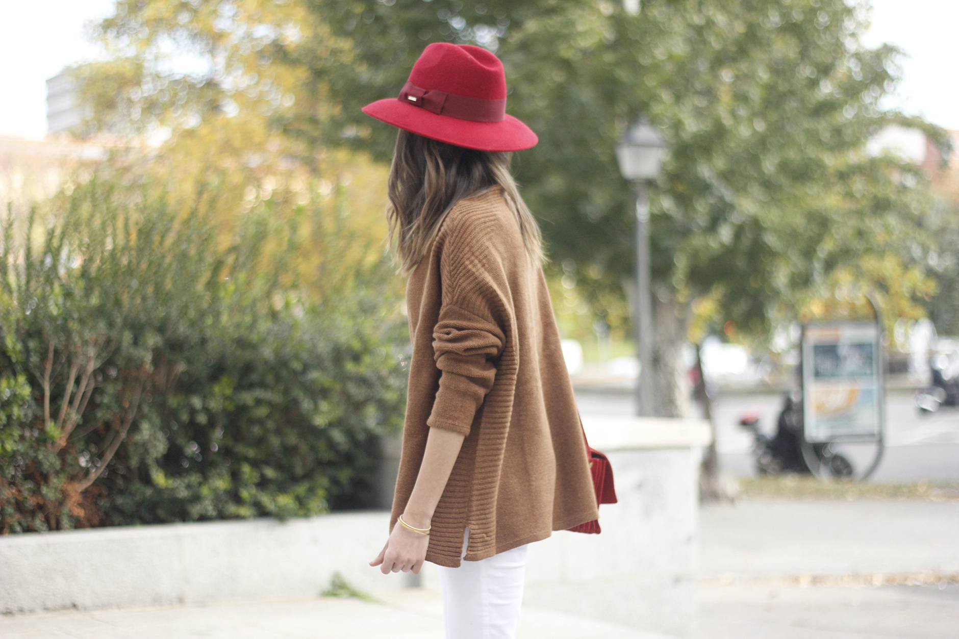 Turtleneck Sweater white jeans red heels red hat uterqüe outfit09
