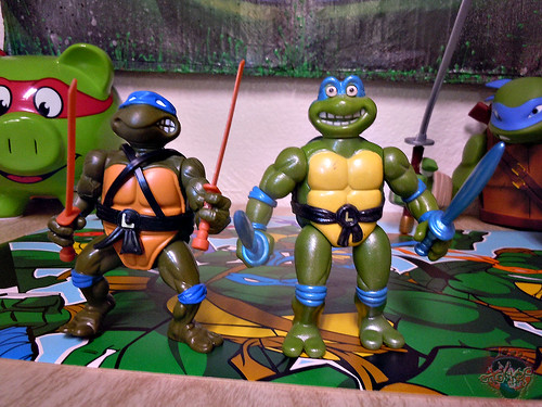 "Nickelodeon ""HISTORY OF TEENAGE MUTANT NINJA TURTLES"" FEATURING LEONARDO - ORIGINAL '88 LEONARDO vi / ..with TOON LEO 93 (( 2015 ))"