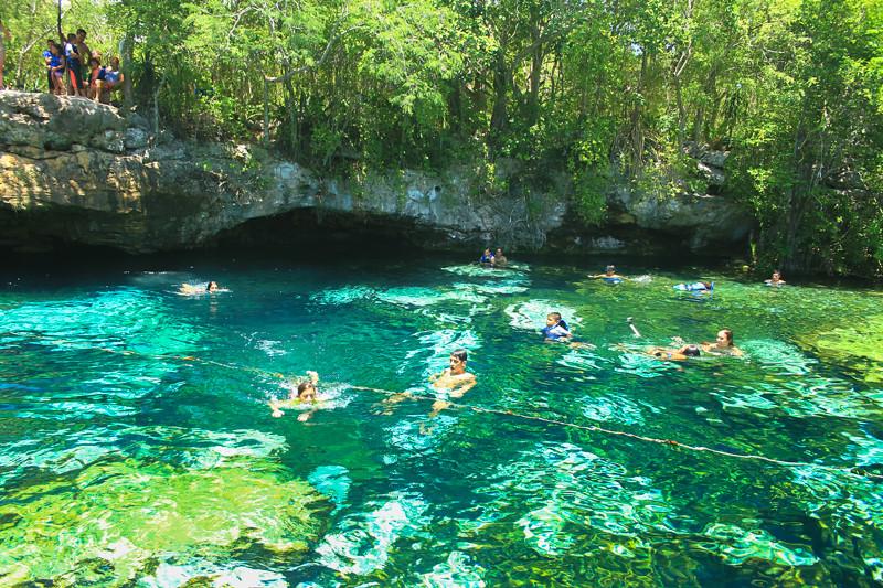 Un Cenote Que Parece Una Piscina Azul A Cielo Abierto En