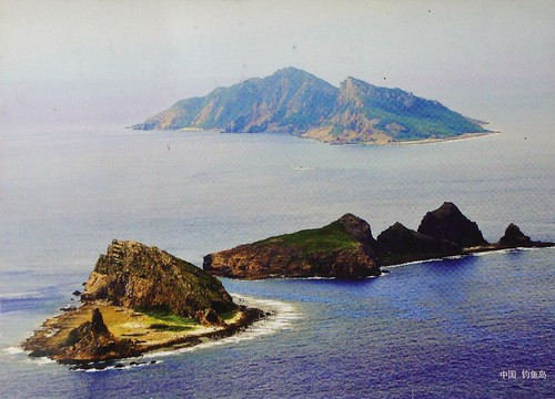 Communist China postcard - Diaoyu Island, Chinese name for the Japanese Senkaku Island, claimed by China and Taiwan / 尖閣諸島 (Senkaku Islands) 钓鱼岛及其附属岛屿 (Diaoyu Islands) 釣魚台列嶼 (Diaoyutai Islands)