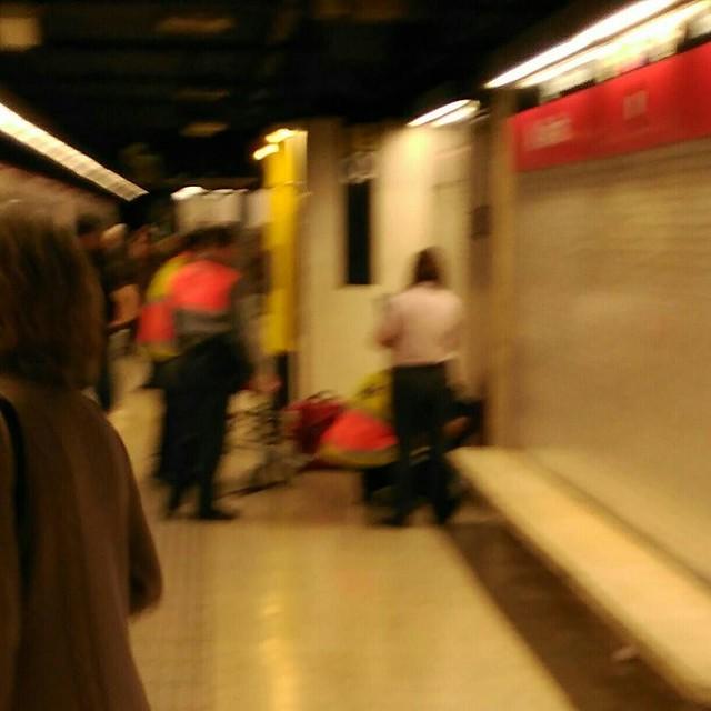 Retirando a unidad humana defectuosa del andén del metro