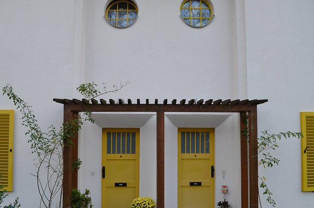 UNESCO World Heritage Site Berlin Modernism Housing Estates Gartenstadt Falkenberg Garden City Tuschkastensiedlung double yellow doorways with arbor