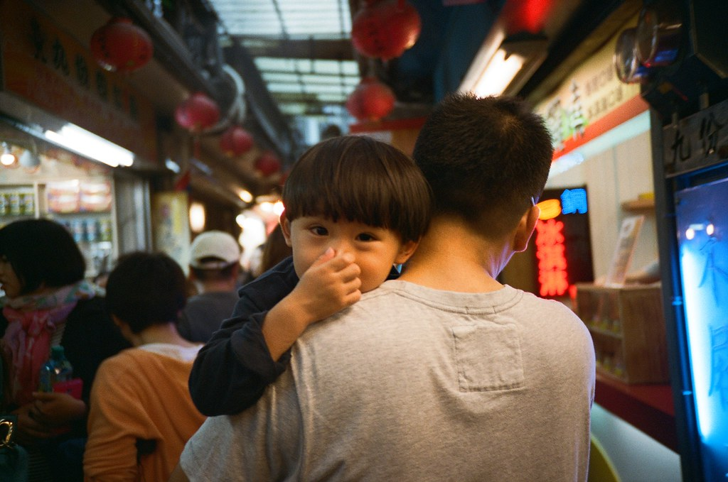 九份 Taipei / Portra 400 / Lomo LC-A+ 2015/11/14 我喜歡九份這樣霧茫茫的風景,整片山寂靜無人的樣子。當走到老街的時候,被吵雜的喧鬧聲拉回來。  九份有好多日本觀光客,所以吵雜聲混著日文交談,感覺好像在日本一樣,很特別!  Lomo LC-A+ Kodak Pro Portra 400 3187-0006 Photo by Toomore