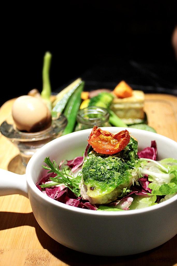 這是主餐點,在一堆青醬底下是一大塊旗魚喔,但,旗魚底下還是一堆菜