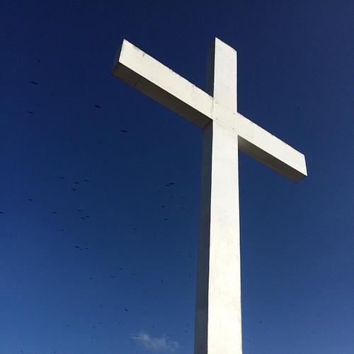 """Olhando para a #Cruz #cross #sky #blue Falou #Jesus também do que os aguardava: """"Quem quiser seguir-me tem de aceitar minha liderança. Quem está na garupa não pega na rédea. Eu estou no comando. Não fujam do sofrimento. Abracem-no. Sigam-me, e mostrarei a"""