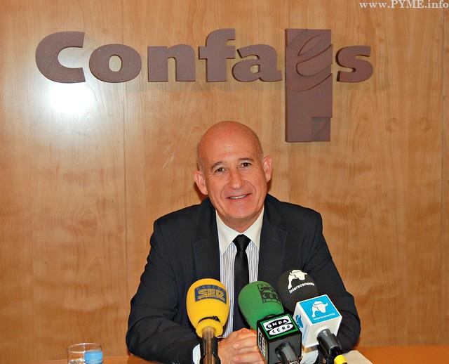 El presidente de CONFAES, Juan Antonio Martín Mesonero, antes de iniciar la comparecencia ante los medios de comunicación esta mañana en CONFAES.