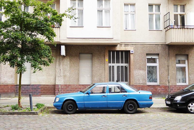 Straßenszene in Berlin-Wedding mit blauem Mercedes