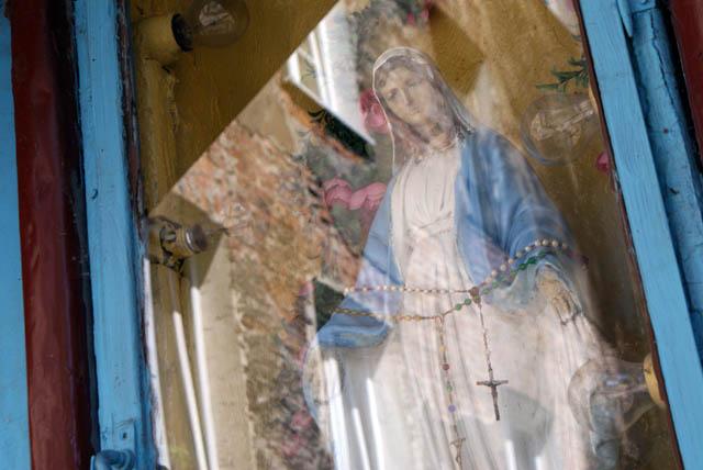 Chapelle de Varsovie : Statue de Marie avec un chapelet autour de la tête