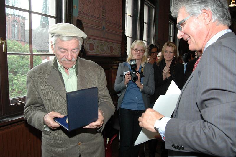 Der Filmfest-Donnerstag begann mit der Verleihung des Goldenen Stadtsiegels an den Schauspieler Seymour Cassell im Alten Rathaus.