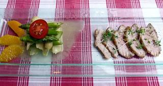 Salat vom gebratenen grünen und weißen Spargel mit Orangen-Vinaigrette und rosa gegartem Kalbsrücken