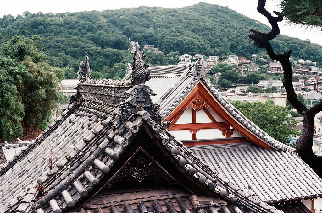 屋簷 尾道 おのみち Onomichi, Hiroshima 2015/08/30 屋簷  Nikon FM2 / 50mm FUJI X-TRA ISO400 Photo by Toomore