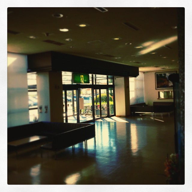 Photo:絵画展「冬室昌宏展 時を巡りて 季節と出会って」で訪れたサンライズもとみや。秋の午後の光が差し込んでる。 #instagram By Atsushi Boulder