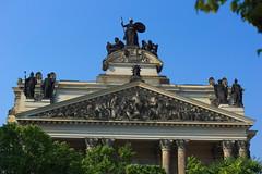 Dreiecksgiebel und Figurenschmuck über dem Portikus der Kunsthalle