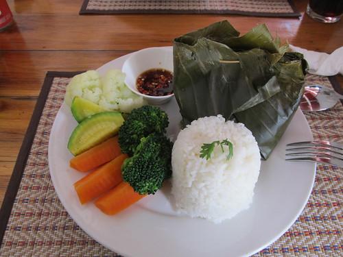 Luang Prabang: Poisson cuit à la vapeur dans une feuille de bananier.