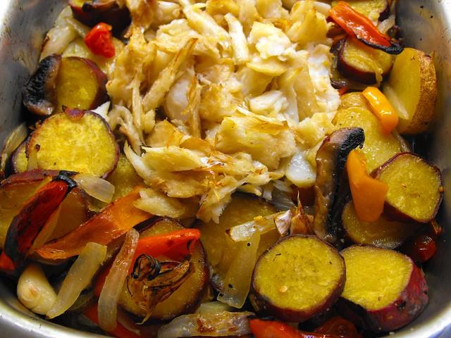 Lascas de bacalhau com batata-doce e vegetais