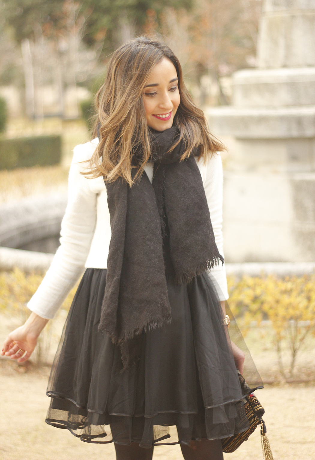 black tulle skirt white sweater black scarf outfit heels07