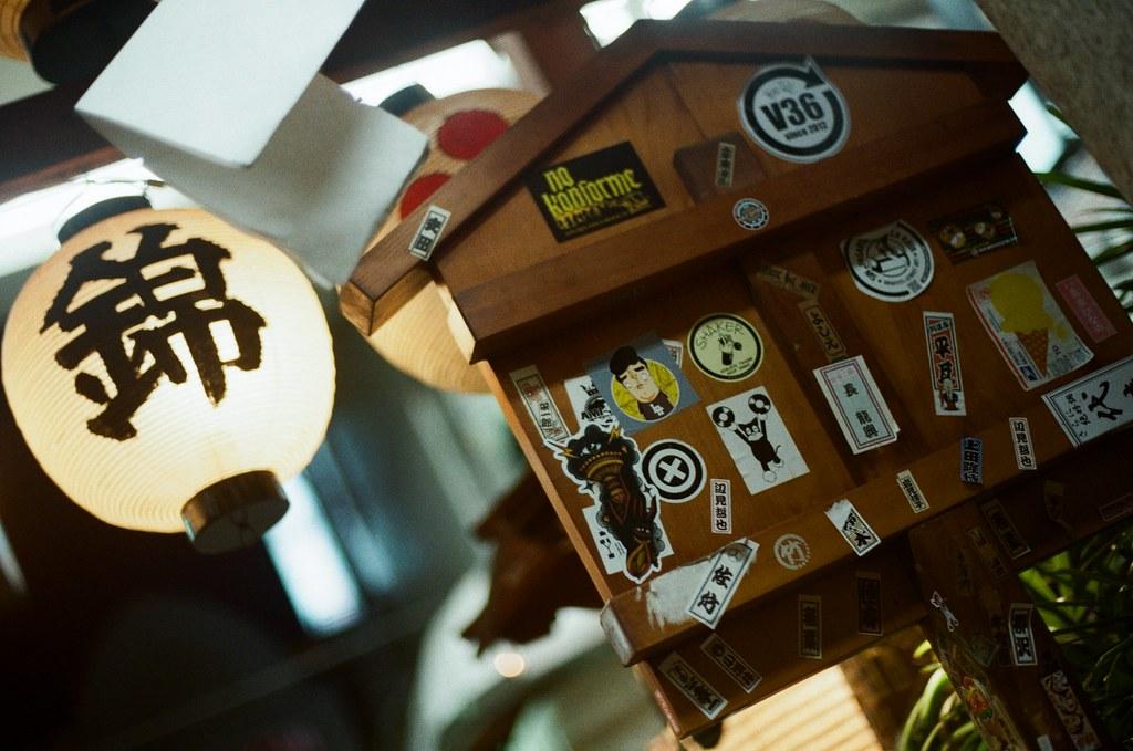 錦天滿宮 寺町通 京都 Kyoto 2015/09/26 錦天滿宮,第二次走過來這裡,想到好像沒有好好紀錄這裡,就停下來拍,還有我第一天來的時候沒有參拜,有點沒禮貌,我也在這裡參拜希望我旅途順利,還有許下的心願。  Nikon FM2 Nikon AI Nikkor 50mm f/1.4S Kodak ColorPlus ISO200 0985-0004 Photo by Toomore