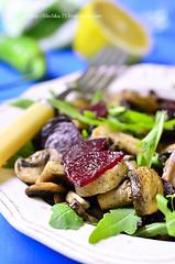 Beet salad with arugula and mushrooms.