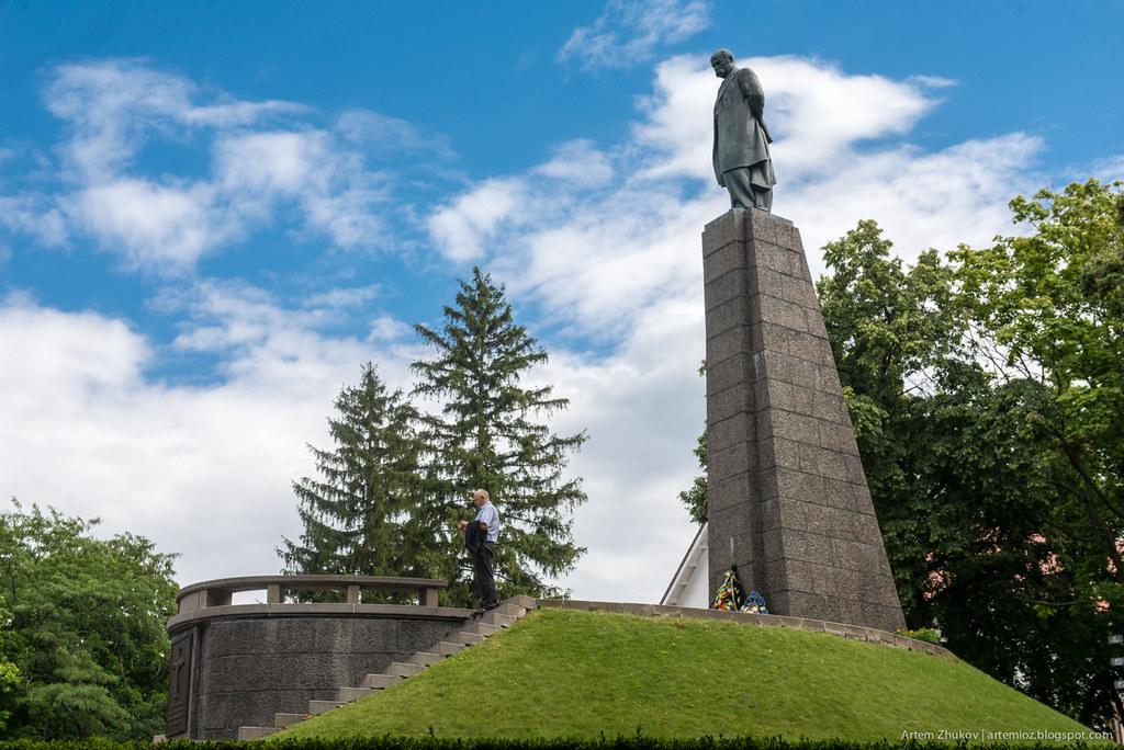 Shevchenko monument in Kaniv, Ukraine-2.jpg