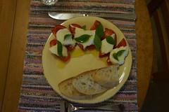 Still summer in the kitchen: caprese salad