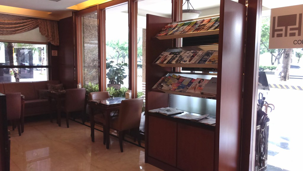來台中逢甲不選日租而住宿鼎隆國際商旅的五個理由 (1)--餐廳雜誌架