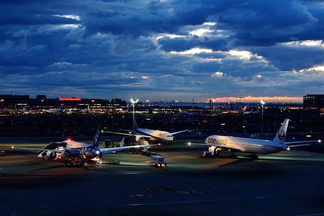 羽田空港国際線ターミナルから撮影した夜明け前の写真