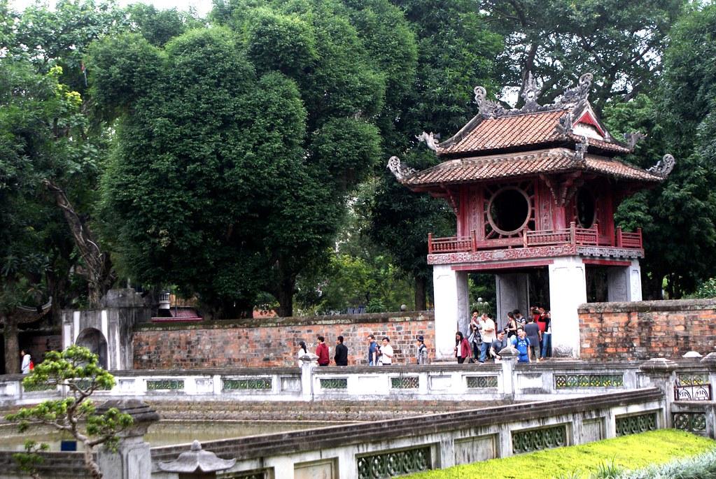 Une des portes du temple de la Littérature à Hanoi au Vietnam.
