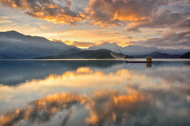 Dawn at Sun Moon Lake 日月潭晨曦
