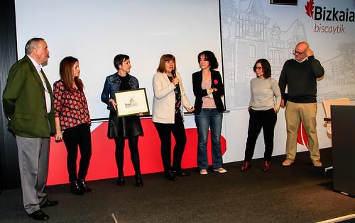 Premio #GetxoBlog AIRE Saria 2016 para DOCE MIRADAS, con Amaia Agirre en el escenario de BiscayTIK