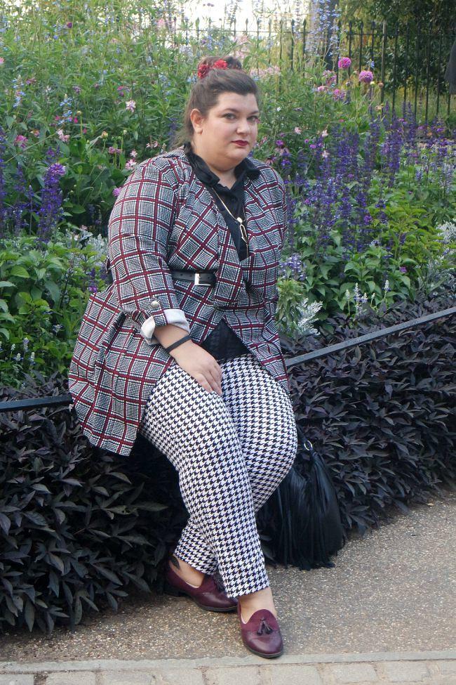 Outfit bianco nero e borgogna (5)