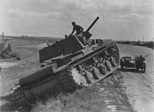 КВ-1 101-ва танкова дивизия в пътя