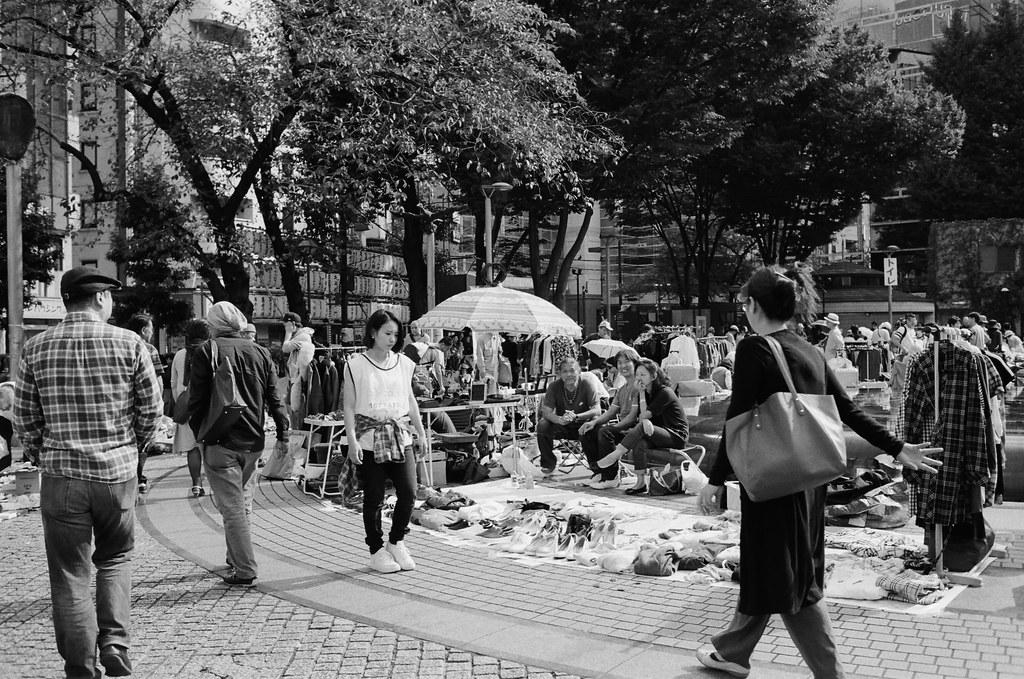 池袋西口公園 東京 Tokyo 2015/10/04 小小的市集,拍攝的過程有一些攤販很敏感,感覺不能拍。現在有一點點忘記那時候逛市集的心情,但應該也是抱著找禮物的心態來逛的吧!  Nikon FM2 Nikon AI AF Nikkor 35mm F/2D Kodak TRI-X 400 / 400TX 1274-0008 Photo by Toomore