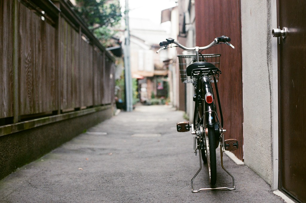 北野天滿宮 京都 Kyoto 2015/09/26 巷子口的腳踏車。  Nikon FM2 Nikon AI Nikkor 50mm f/1.4S AGFA VISTAPlus ISO400 0952-0026 Photo by Toomore