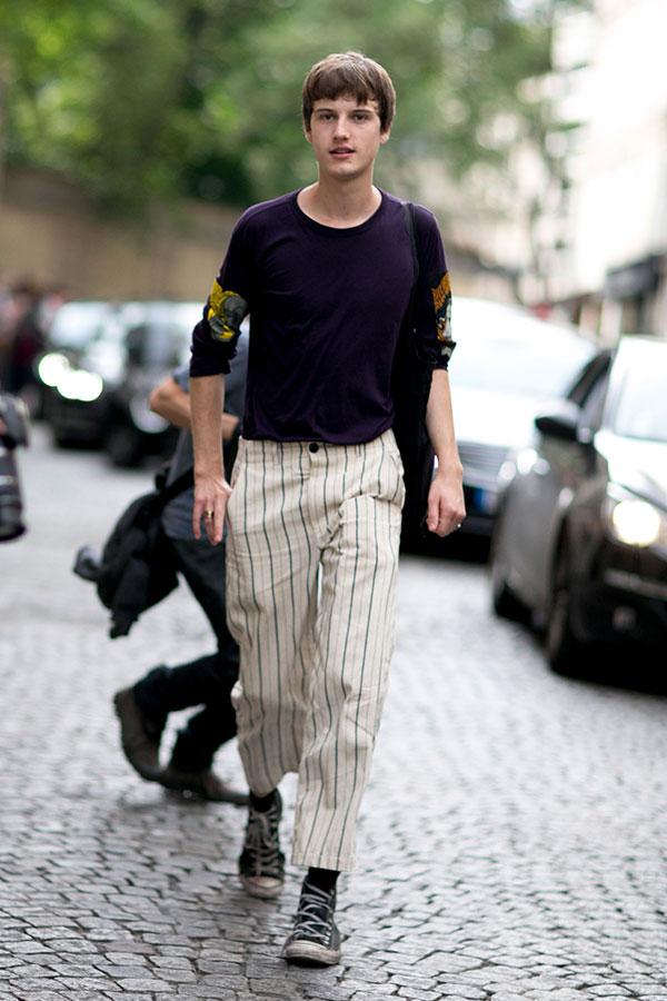 紫カットソー白ストライプパンツ×オールスター黒