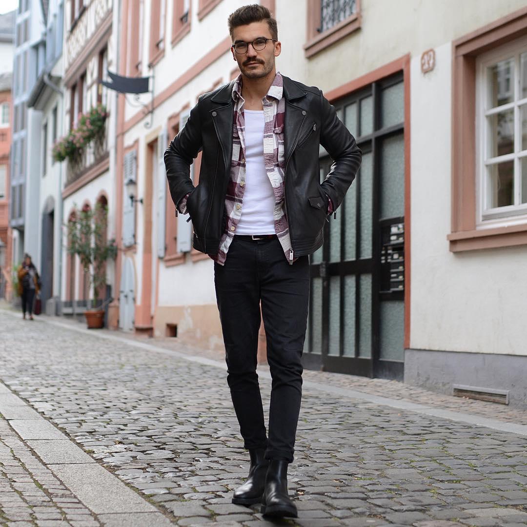 黒ダブルライダース×エンジ・白チェックシャツ×白タンクトップ×黒スキニーパンツ×黒サイドゴアブーツ