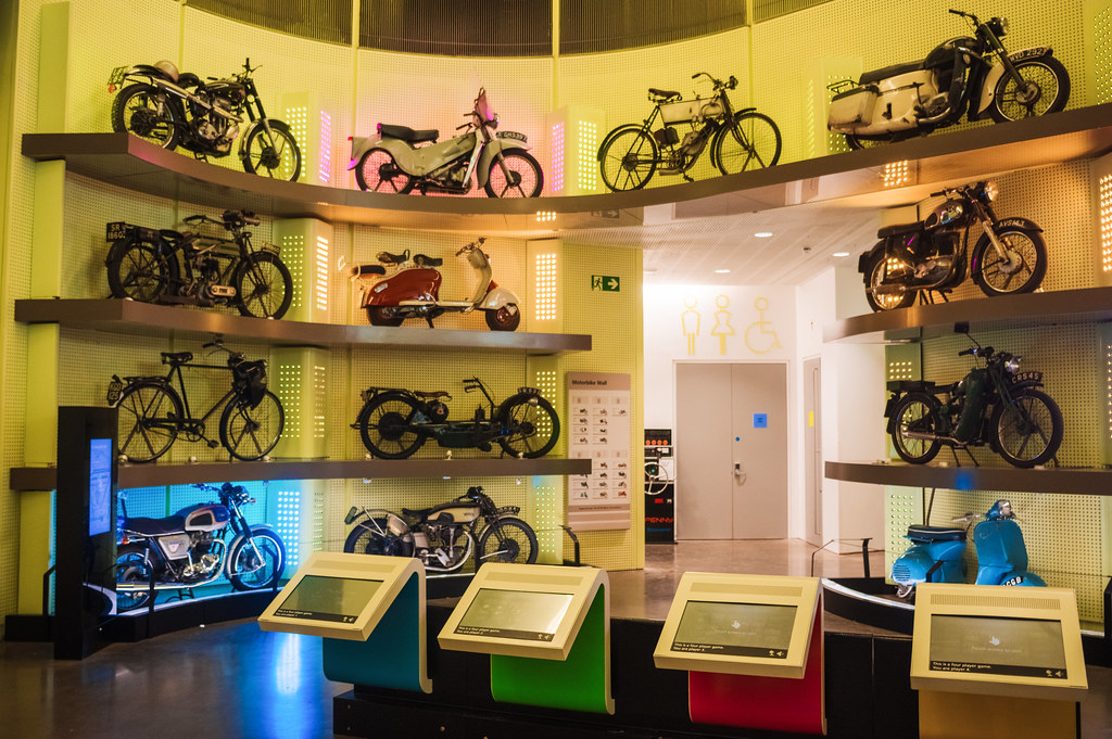 Le mur des motos, scooters et vélos au Riverside Museum de Glasgow - Photo de Neil Williamson