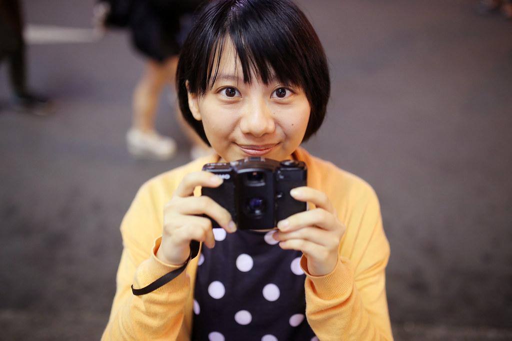 西門町 台北 Taipei 2015/11/13 這是一張由上往下拍的畫面,加上妹妹的大眼睛,還有可愛的笑容。  我真的覺得有一點點像簡嫚書。  Canon 6D Sigma 35mm F1.4 DG HSM Art IMG_8691 Photo by Toomore