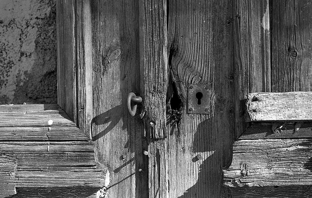 Of old doors gracefully rotten again.
