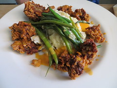 Chicken livers with green beans and mashed potato