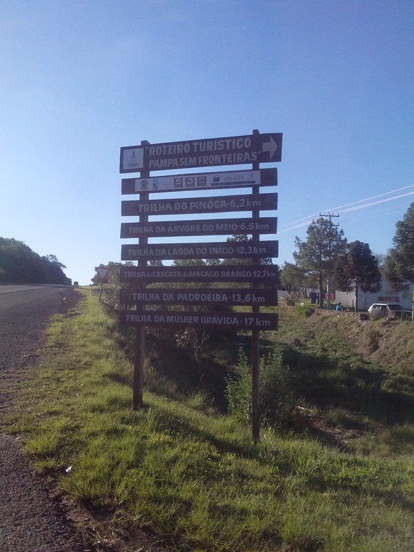 Placa informativa na entrada da estrada dos Cerros Verdes